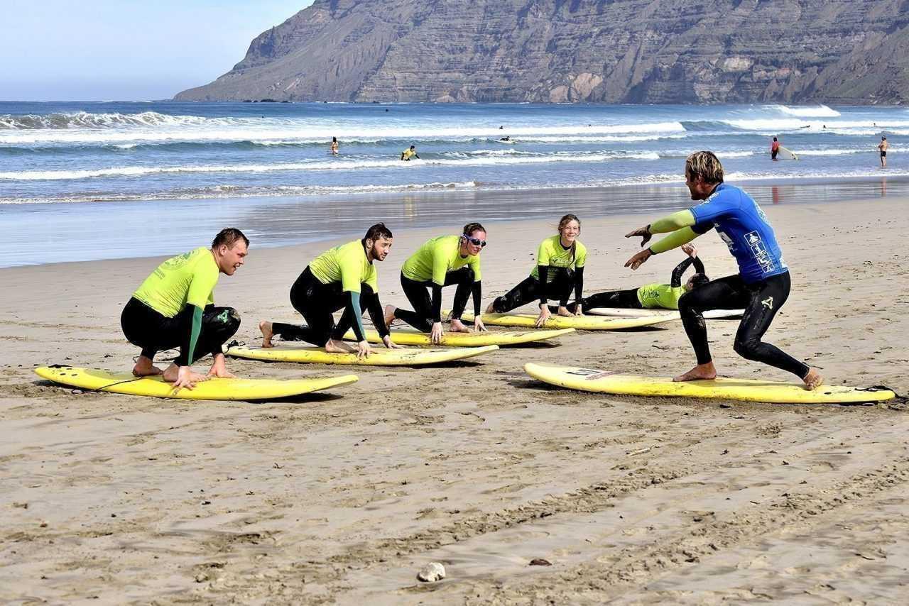 Prenez des cours de surf débutant sur le spot de Famara, Lanzarote.