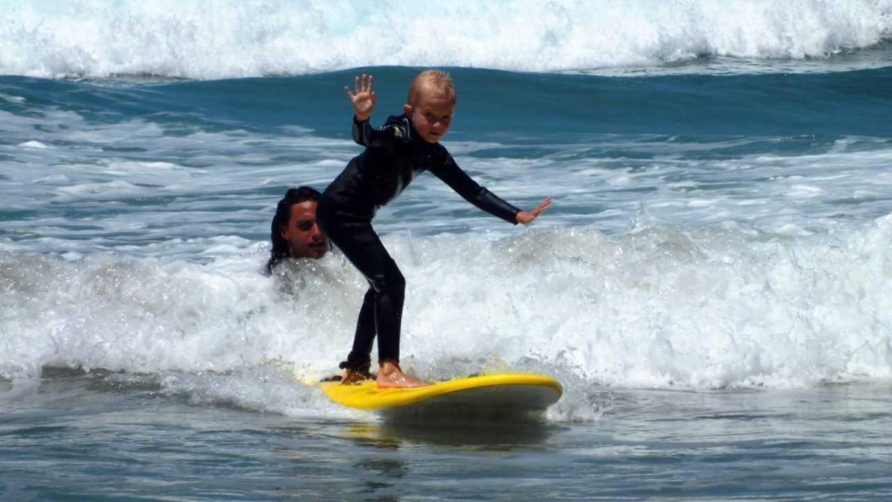 Les enfants s'amusent et apprennent à surfer avec nous sur le spot de Famara, Lanzarote