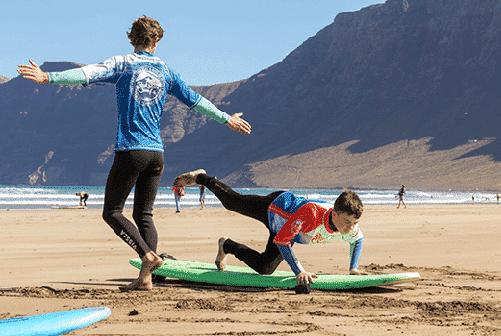 beginner surf lessons on the beach for clases de surf para principiantes famara lanzarote canary islands уроки серфинга для начинающих