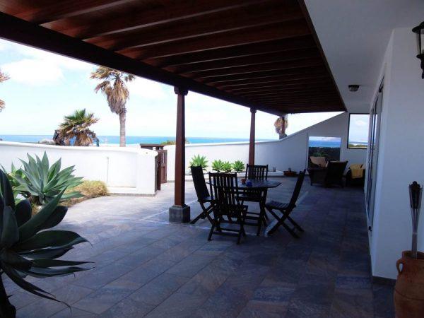 alojamiento bungalow playa famara
